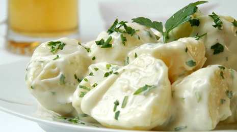 potatoes;all-i-oli;garlic mayonnaise;all-i-oli;garlic mayonnaise;parsley;chopped parsley;beer;beer mug;refreshing;lager;appetizer;tapa;portion;sauce;alioli sauce;all-i-oli sauce;garlic;boiled potatoes;atrezzo;food